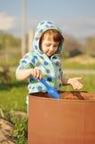 Muchacha del niño en jugar azul con el barril del agua en día soleado Economía del agua y concepto del cuidado de la naturaleza fotos de archivo