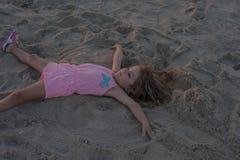 Muchacha del niño en la playa Fotos de archivo
