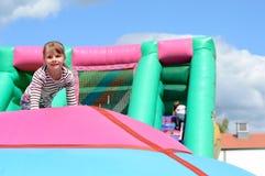 Muchacha del niño en parque de atracciones Foto de archivo libre de regalías