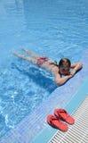 Muchacha del niño en piscina Fotografía de archivo