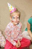 Muchacha del niño en sitio de juego en la fiesta de cumpleaños imagen de archivo libre de regalías