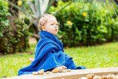 Muchacha del niño en toalla después de nadar tomar el sol en sol en centro turístico tropical Foto de archivo libre de regalías