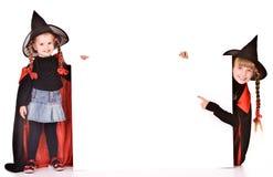 Muchacha del niño en traje de la bruja de Víspera de Todos los Santos con la bandera. Imagen de archivo libre de regalías