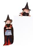 Muchacha del niño en traje de la bruja de Víspera de Todos los Santos con la bandera. Fotografía de archivo libre de regalías