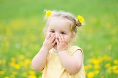 Muchacha del niño entre los dientes de león imagen de archivo libre de regalías