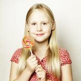 Muchacha del niño hermoso con la piruleta Foto de archivo