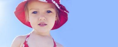 Muchacha del niño hermoso de las vacaciones de verano de la bandera Foto de archivo