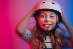 Muchacha del niño joven en casco del patín - seguridad y deportes Fotografía de archivo libre de regalías