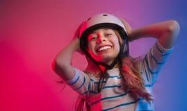 Muchacha del niño joven en casco del patín - seguridad y deportes Imagen de archivo