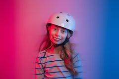 Muchacha del niño joven en casco del patín - seguridad y deportes Imagen de archivo libre de regalías