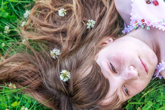 Muchacha del niño joven en fondo natural Fotografía de archivo libre de regalías