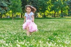 Muchacha del niño joven en fondo natural Fotos de archivo libres de regalías