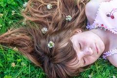 Muchacha del niño joven en fondo natural Imágenes de archivo libres de regalías
