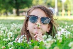 Muchacha del niño joven en fondo natural Foto de archivo