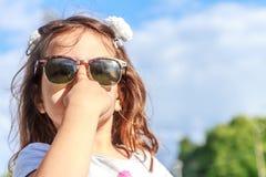 Muchacha del niño joven en fondo natural Foto de archivo libre de regalías