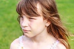 Muchacha del niño joven en fondo natural Fotos de archivo