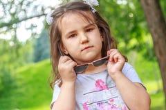 Muchacha del niño joven en fondo natural Imagenes de archivo