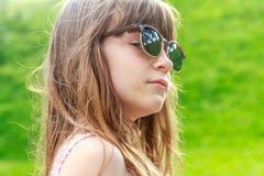 Muchacha del niño joven en fondo natural Imagen de archivo