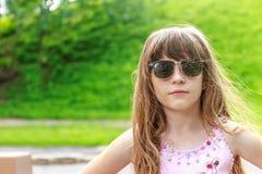 Muchacha del niño joven en fondo natural Imagen de archivo libre de regalías