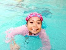 Muchacha del niño joven en piscina Imagen de archivo libre de regalías
