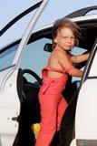 Muchacha del niño joven que consigue lista para el viaje del coche Fotos de archivo libres de regalías