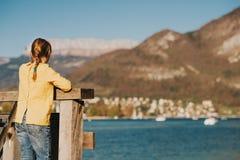 Muchacha del niño que admira el lago de la primavera Fotografía de archivo libre de regalías