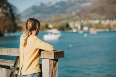 Muchacha del niño que admira el lago de la primavera Imágenes de archivo libres de regalías