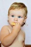 Muchacha del niño que come la torta fotos de archivo libres de regalías