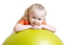 Muchacha del niño que hace ejercicio de la aptitud con la bola Fotografía de archivo libre de regalías