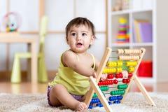 Muchacha del niño que juega con el ábaco Fotografía de archivo