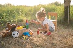 Muchacha del niño que juega con los juguetes Imágenes de archivo libres de regalías