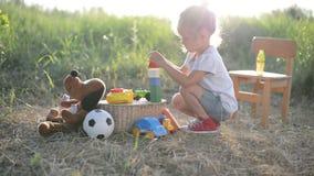 Muchacha del niño que juega con los juguetes almacen de video