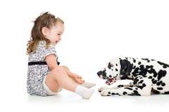 Muchacha del niño que juega el perro de perrito Imagenes de archivo