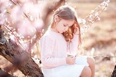 Muchacha del niño que juega en jardín Fotografía de archivo