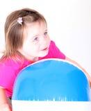 Muchacha del niño que sostiene una bola de playa Foto de archivo libre de regalías