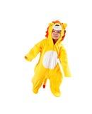 Muchacha del niño, vestida en el traje del carnaval del león, aislado en el fondo blanco. Zodiaco del bebé - muestra Leo. Fotografía de archivo