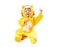 Muchacha del niño, vestida en el traje del carnaval del león, aislado en el fondo blanco. Zodiaco del bebé - muestra Leo. Fotos de archivo libres de regalías
