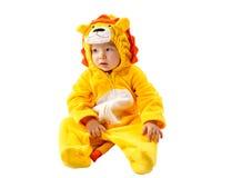 Muchacha del niño, vestida en el traje del carnaval del león, aislado en el fondo blanco Zodiaco del bebé - muestra Leo Imagen de archivo libre de regalías