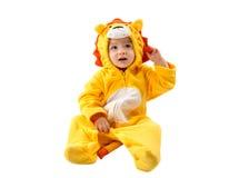 Muchacha del niño, vestida en el traje del carnaval del león, aislado en el fondo blanco. Zodiaco del bebé - muestra Leo. El conce Imagen de archivo