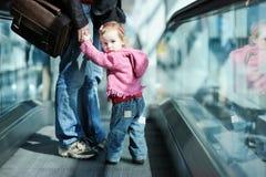 Muchacha del niño y su padre en una escalera móvil Imagenes de archivo
