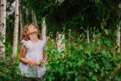 Muchacha del niño en el paseo en bosque del verano, exploración de la naturaleza con los niños Imágenes de archivo libres de regalías