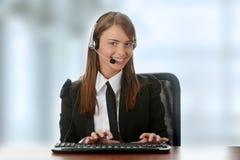 Muchacha del operador del servicio de atención al cliente en receptor de cabeza Imágenes de archivo libres de regalías