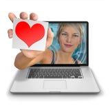 Muchacha del ordenador con el corazón rojo en tarjeta Fotos de archivo