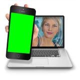 Muchacha del ordenador con iPhone verde de la pantalla Imagen de archivo libre de regalías