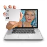 Muchacha del ordenador con la tarjeta del contacto Imágenes de archivo libres de regalías