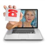 Muchacha del ordenador con la tarjeta del teléfono Imagen de archivo