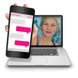 Muchacha del ordenador con mandar un SMS del iPhone Fotografía de archivo