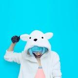 Muchacha del oso de peluche en un fondo azul Partido loco del invierno Club d Fotos de archivo libres de regalías