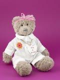 Muchacha del oso del peluche con un corazón Imagenes de archivo