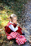 Muchacha del otoño en capa roja Foto de archivo